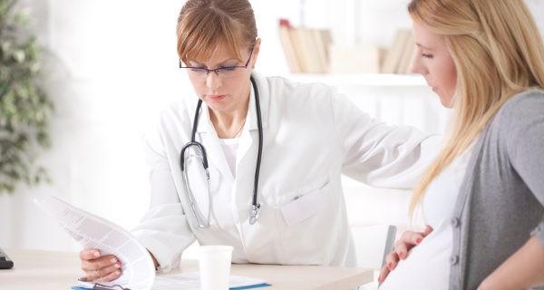 Mujer embarazada en el médico