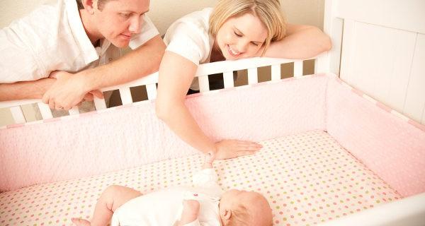 Padres acunando aun bebé