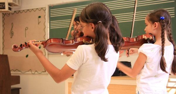 Niñas tocando el violín