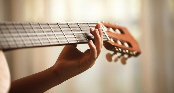 Niño tocando al guitarra