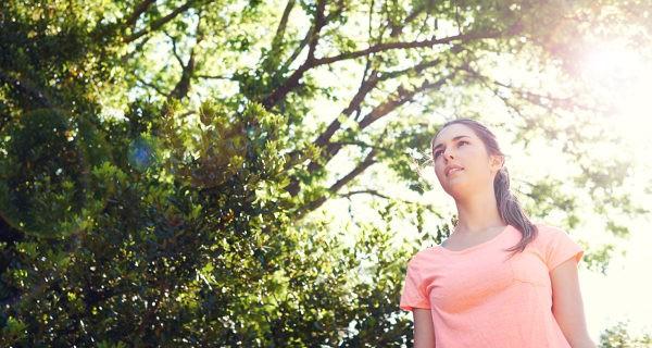 Chica caminando en un parque
