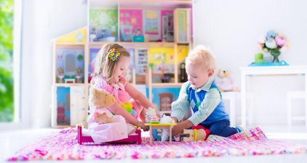 Niños y niña jugando
