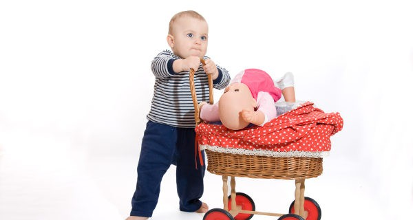 Niño jugando con una muñeca
