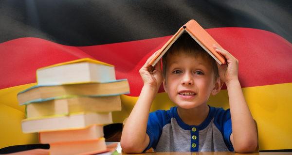 Niño aprendiendo alemán