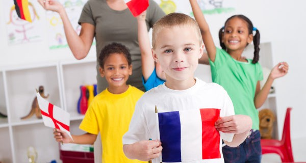 Niños con banderas de diferentes peíses
