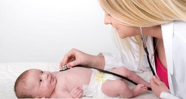 Médico explorando a un bebé