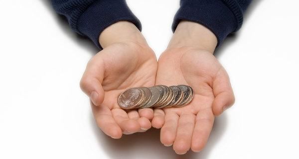 Niño con monedas en la mano