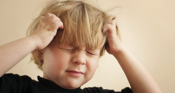 Niño rascándose la cabeza