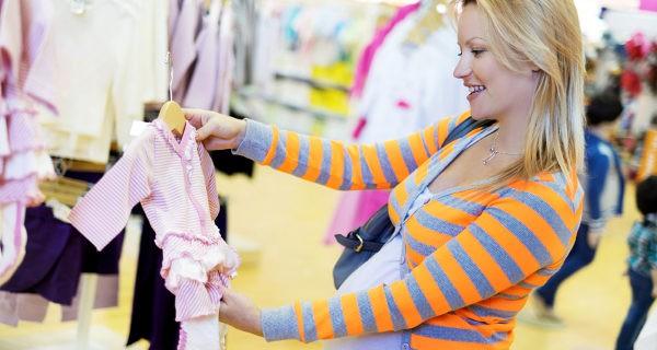 Madre escogiendo ropa para su bebé