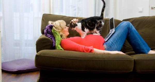 Embarazada jugando con su gato