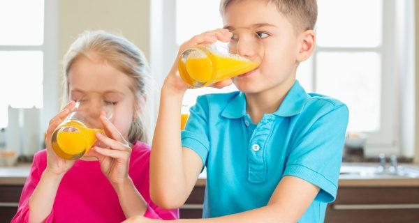 Niños vendiendo zumo de naranja