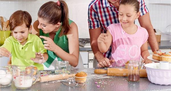 Familia cocinando cupcakes