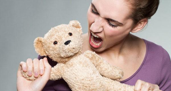Mujer gritando a un peluche