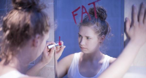 Chica con anorexia en el baño
