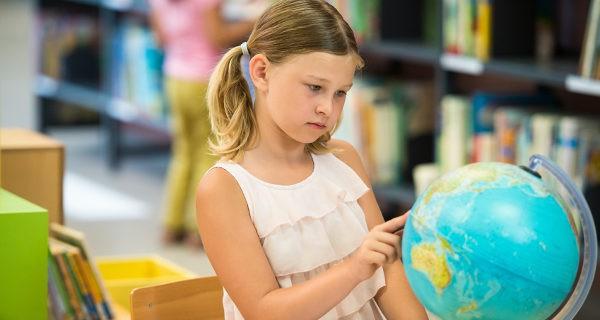 Niña mirando un mapa de la tierra