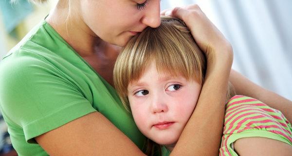 Madre consolando a una niña