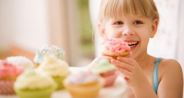 Niña comiendo cupcakes