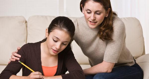 Madre ayudando a la hija con los estudios