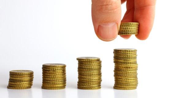 Amontonando monedas