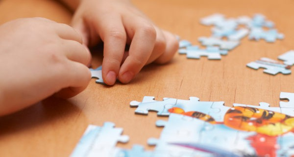 Niño haciendo un puzzle