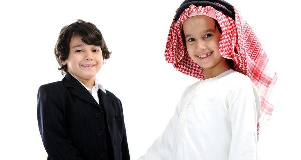 Niños árabe y occidental dándose la mano