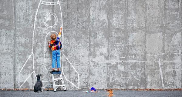 Niño dibujando una nave espacial