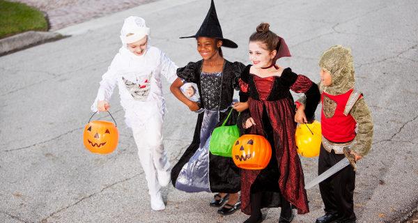 Niños pidiendo caramelos en Halloween