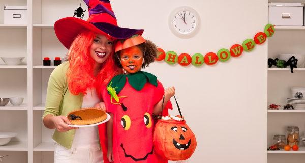 Niña y madre en Halloween