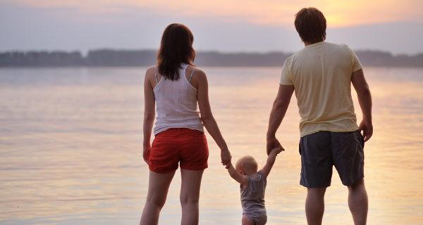 Padres q hijo paseando