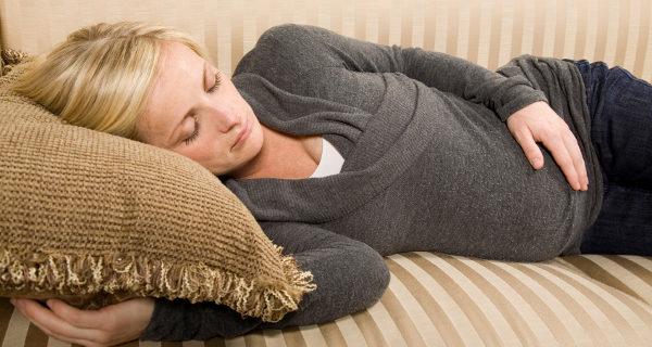 Embarazada durmiendo en el sofá
