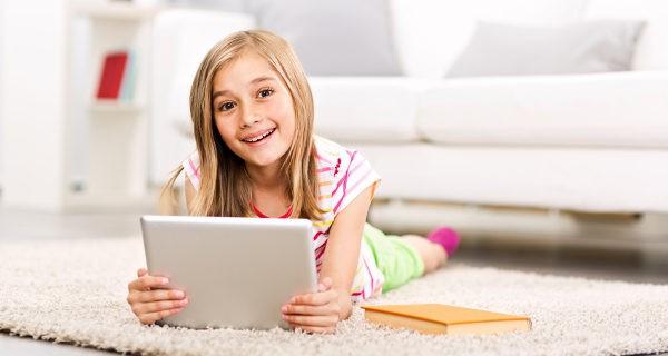 Niña jugando con la tablet