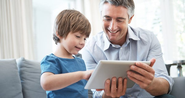 Padre e hijo con la tablet