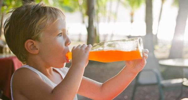 Niño bebiendo un refresco