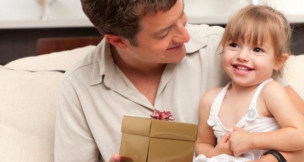 Padre haciéndole un regalo a la hija