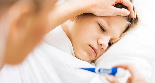 Mirando la fiebre a un niño