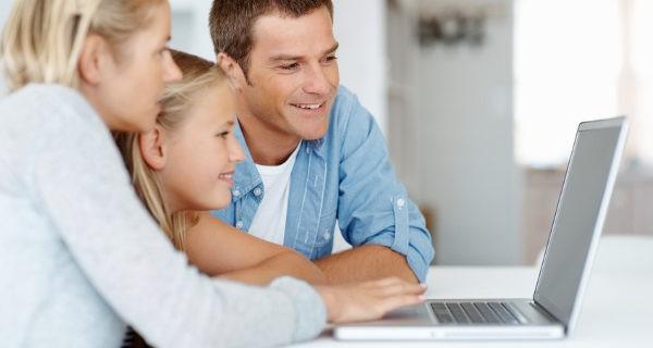 padres e hija en el ordenador