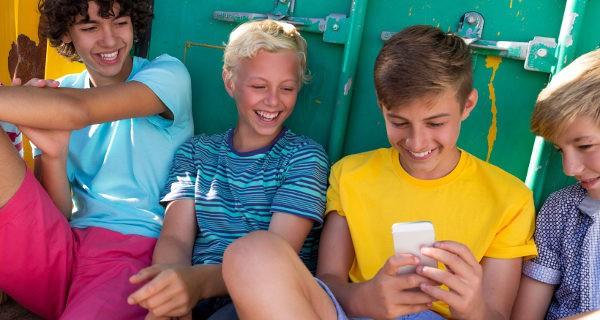 Niños mirando un móvil