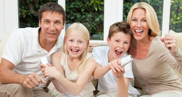 Familia jugando a la consola