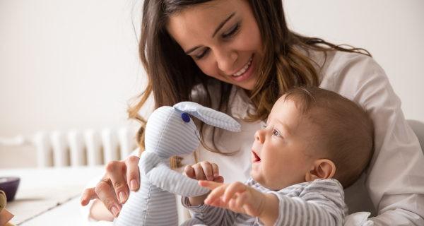 Bebé jugando con un muñeco