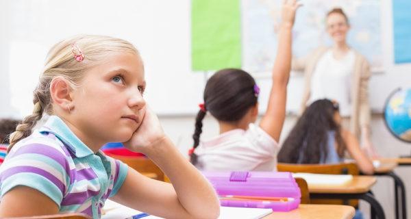 niña distraída en clase