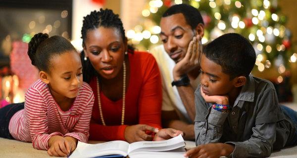 Familia leyendo un cuento en Navidad