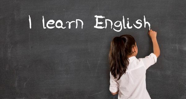 Niña aprendiendo inglés