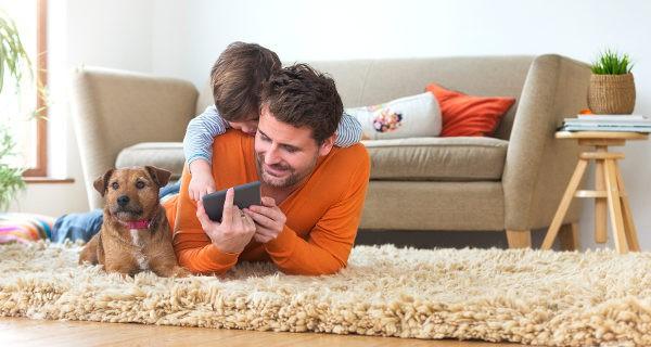 Niño y padre jugando con el móvil