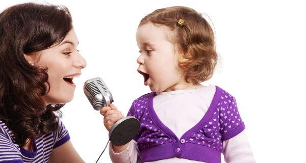 Madre e hija cantando