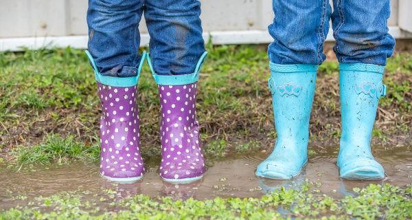 Niños con botas de agua