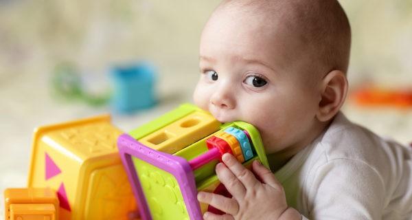 Bebé mordiendo un juguete