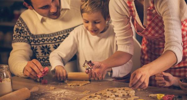 Familia haciendo galletas en Navidad