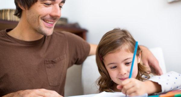 Niña dibujando con su padre