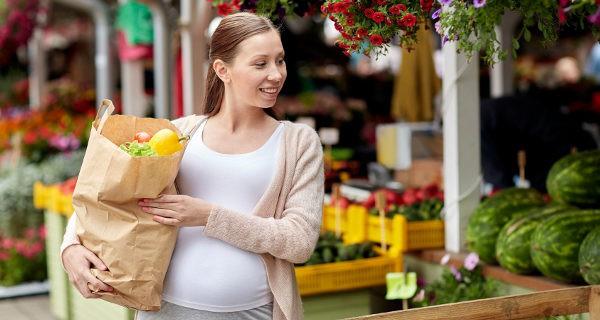 Embarazada haciendo la compra