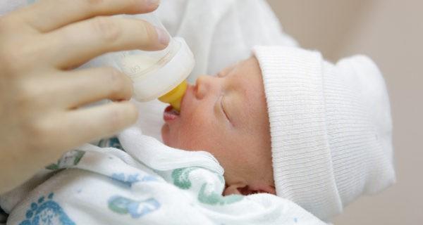 recién nacido tomando biberón